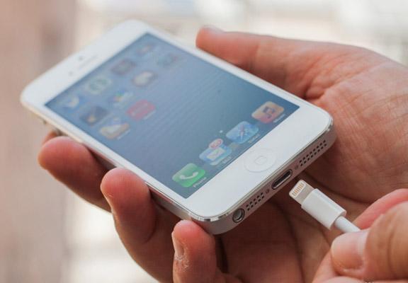 iPhone перестал заряжаться? Возможно, есть простое решение