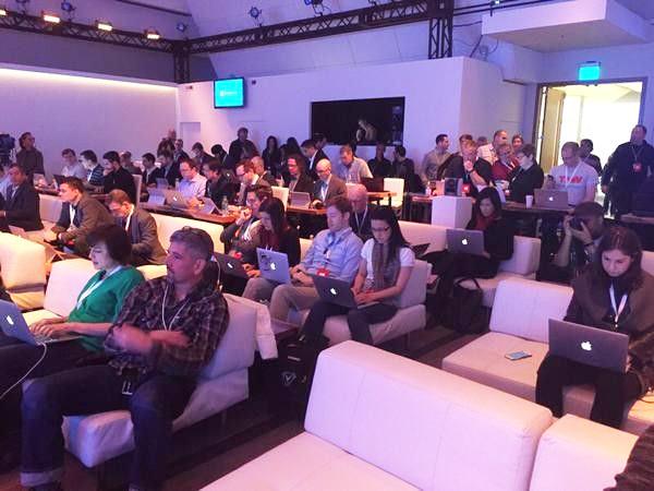 Забавный случай: на презентации Windows 10 многие сидели с ноутбуками от Apple