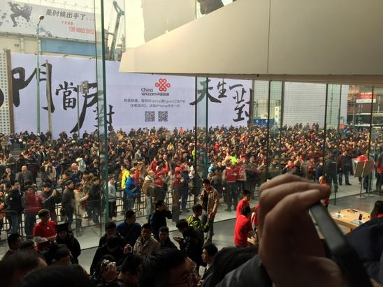 На открытие нового китайского Apple Store собралось более 1 тысячи человек