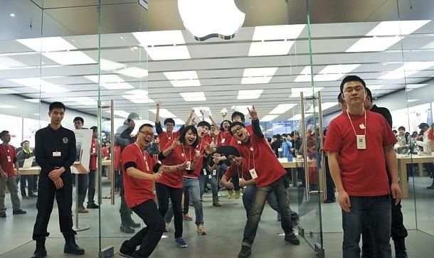 В китайских Apple Store могут начать работать американцы